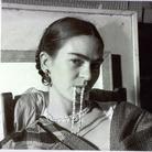 L'universo intimo di Frida Kahlo, dall'obiettivo al palcoscenico