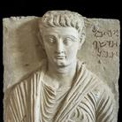 Rilievo funerario con ritratto di Makkai, Terzo quarto I secolo d.C., Calcare, 42x 52 cm, Collezione privata | Foto © Gianluca Baronchelli