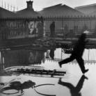Henri Cartier-Bresson, Dietro la stazione Saint-Lazare, Parigi, 1932. © Henri Cartier-Bresson/Magnum. Photos-Courtesy Fondation HCB