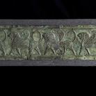 Placca lavorata a sbalzo a due registri con incorniciatura lineare rilevata, con teorie di leoni incedenti, VI secolo a.C., Hamadan (Iran occidentale), Bronzo, 77 x 5 x 20.2 cm | Photo © Gianluca Baronchelli
