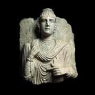 Rilievo funerario con busto femminile, Seconda metà II secolo d. C, Calcare grigio, 36 x 17 x 45 cm, Musei Vaticani | Foto © Gianluca Baronchelli