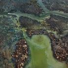 Edward Burtynsky, Oil Bunkering #4, Niger Delta, Nigeria, 2016   Foto © Edward Burtynsky   Courtesy of © Admira Photography, Milan / Nicholas Metivier Gallery, Toronto
