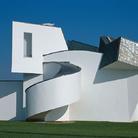 Vitra Design Museum, Frank Gehry 1989 © Vitra Design Museum, Foto: Thomas Dix .  L'edificio del Vitra Design Museum è stato progettato dall'architetto Frank Gehry nel 1989. La collezione del museo conta circa 7000 mobili, un vasto assortimento di oggetti di illuminazione e numerosi archivi tra cui quelli di Charles & Ray Eames, Verner Panton e Alexander Girard.