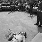 Letizia Battaglia, La folla osserva il corpo di un giovane ucciso nel quartiere Romagnolo, Palermo 1980   Courtesy of Letizia Battaglia