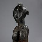 Maschera a spalla D'mba, Probabilmente prima metà del XX secolo, Artista non riconosciuto, Baga, Guinea, Legno e bullette di ottone, 142 x 40 x 75 cm | Foto: © manusardi.it