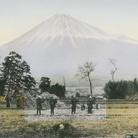 Linda Fregni Nagler, Fujiyama form Gotenba, 2018, Gelatina a stampa d'argento colorata a mano, 29.3 x 22.3 cm, Con cornice 43.7 x 42.4 cm