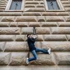 La <i>Ferita </i> di JR per il nuovo volto di Palazzo Strozzi