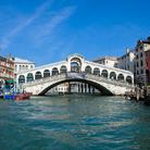 Ponte di Rialto: i lavori di restauro raggiungono la rampa sul lato San Polo