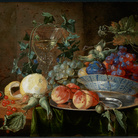 Jan Davidsz de Heem (1606 - 1684), Natura morta di frutta con un calice à la façon de Venise, 1562 circa, Olio su tavola, 48.5 x 33.1 x 1.1 cm, Collezione Privata | Courtesy of © Musée National d'Histoire ed d'Art Luxembourg | Foto: MNHA - Tom Lucas