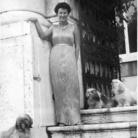 Ida Kar (1908 - 1974), Peggy Guggenheim a Palazzo Venier dei Leoni, Venezia, 1951, Stampa a posteriori, stampa alla gelatina d'argento | Courtesy of Peggy Guggenheim Collection Archives, Venice