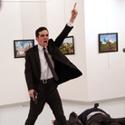 World Press Photo of the Year, © Burhan Ozbilici, The Associated Press, An Assassination in Turkey, Mevlüt Mert Altıntaş grida dopo aver sparato all'ambaciatore russo Andrey Karlov, in una galleria d'arte ad Ankara