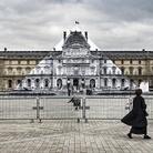 L'artista JR fa sparire la Piramide del Louvre