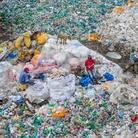 Edward Burtynsky, Dandora Landfill #3, Plastics Recycling, Nairobi, Kenya, 2016   Foto © Edward Burtynsky   Courtesy of © Admira Photography, Milan / Nicholas Metivier Gallery, Toronto