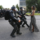 Contemporary Issues - First Prize, Singles © Jonathan Bachman, Reuters, Taking A Stand In Baton Rouge, Iesha Evans sostiene la propria causa ad una manifestazione contro la violenza della polizia nei confronti degli uomini neri, fuori dal Baton Rouge Police Department in Louisiana, USA