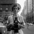 Vivian Maier, New York, 10 settembre, 1955 | © Vivian Maier/Maloof Collection, Courtesy of Howard Greenberg Gallery, New York