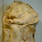 Kourotrophos di Megara Hyblaea, 550 a.C. Pietra calcarea, h cm 78. Provenienza: Megara Hyblaea (Siracusa), necropoli nord-ovest, scavi 1952. Siracusa, Museo Archeologico Regionale Paolo Orsi
