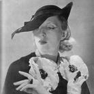 Studio Ad.-Art, Tamara de Lempicka con cappello rose Descat e abito Marcel Rochas, 1935. © Studio Ad.-Art