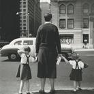 """Vivian Maier, la """"bambinaia fotografa"""" al Castello Visconteo con oltre cento scatti"""