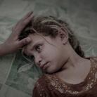 People - First Prize, Singles © Magnus Wennman, Aftonbladet, What IS Left Behind, Maha viene confortata da sua madre, nel campo profughi di Debaga nel Nord-Est dell' Iraq, a settembre. Una settimana prima, Maha e la sua famiglia erano fuggiti dalla città di Hawija
