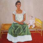 Frida Kahlo, Autoritratto seduta sul letto o Io e la mia bambola, 1937, Olio su lamina metallica, 31 x 40 cm, The Jacques and Natasha Gelman Collection of 20th Century Mexican Art and The Vergel Foundation, Cuernavaca | © Banco de México Diego Rivera & Frida Kahlo Museums Trust, México D.F. | Courtesy of NAVIGARE Srl 2019