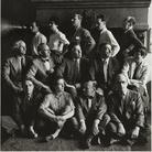 Hermann Landshoff (1905 - 1986), Peggy Guggenheim e un gruppo di artisti in esilio, New York, 1942, Stampa digitale su carta politenata | Münchner Stadtmuseum, Sammlung Fotografie, Archiv Landshoff, Munich