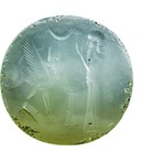 Sigillo a stampo con orante di fronte a figura ibrida, Un orante è raffigurato stante con le mani alzate in gesto di preghiera di fronte ad una creatura ibrida con testa umana, busto alato, zampe di toro, corpo e coda di scorpione. Una tavola per offerte è posta tra le due figure. Nella parte alta del sigillo campeggia un crescente lunare, Neo-babilonese o Achemenide, Calcedonio, 2.5 x 3.4 cm | Courtesy of Collezione Giancarlo Ligabue, Venezia