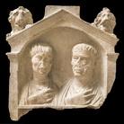 Stele con coppia di coniugi, Terzo quarto I secolo d.C., Calcare, 64 x 64 x 19 cm, Museo Archeologico Nazionale di Aquileia | Foto © Gianluca Baronchelli