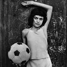 Letizia Battaglia, Palermo, quartiere La Cala. La bambina col pallone, 1980