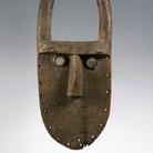 Maschera (angbai o nyanbai), Probabilmente prima metà XX secolo, Artista non riconosciuto, Toma o Loma, Guinea, Legno, chiodi di ferro, vetro, metallo e resina, 88 x 39 x 15 cm | Foto: © manusardi.it