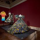 Abiti, coralli, conchiglie, farfalle: a Firenze la moda diventa arte
