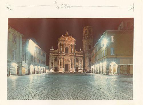Luigi Ghirri, pagine del menabò di Paesaggio italiano. Reggio Emilia – piazza San Prospero, 1987