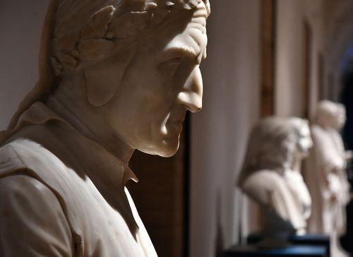 Dante. La visione dell'arte, veduta della mostra, in primo piano Alessandro D'Este, Busto di Dante, 1813. Roma, Musei Capitolini, Protomoteca Capitolina