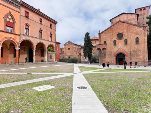 La Piazza di Santo Stefano abbraccia un complesso di antichi edifici religiosi detto le Sette Chiese, Bologna   Foto: vvoe