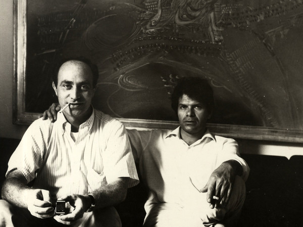 Arnaldo Pomodoro insieme a Gregory Corso a Milano nel 1966 in una foto scattata dalla sorella Teresa