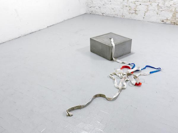Giovanni Termini, Idea di coesione, 2013, cemento e fasce ricucite, cm 25x50x50
