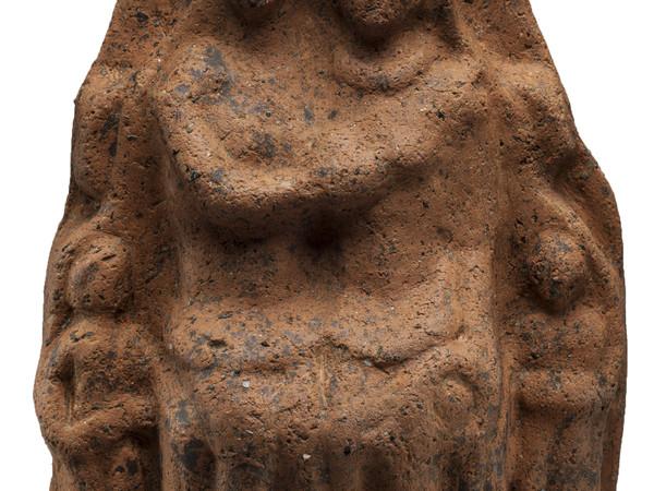 Statuetta votiva in terracotta che raffigura una famiglia coperta dallo stesso manto