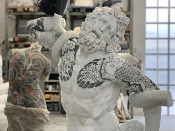 Fabio Viale, Laocoonte, 2020, marmo bianco e pigmenti, 198,5x134x87 cm.