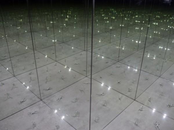Marco De Santi, Una guerra contro un nemico invisibile, 2020, installazione specchiante, tecnica mista