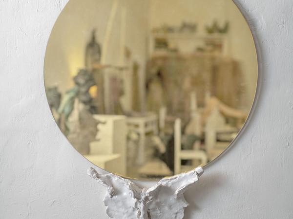Emiliano Maggi, Golden Flower, 2020, specchio acidato, ceramica smaltata, specchio ⌀ 80 cm., ceramica 32 x 7 x 14 cm.