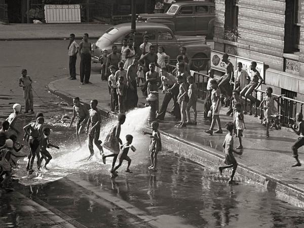 Gordon Parks, Harlem 1948. © The Gordon Parks Foundation