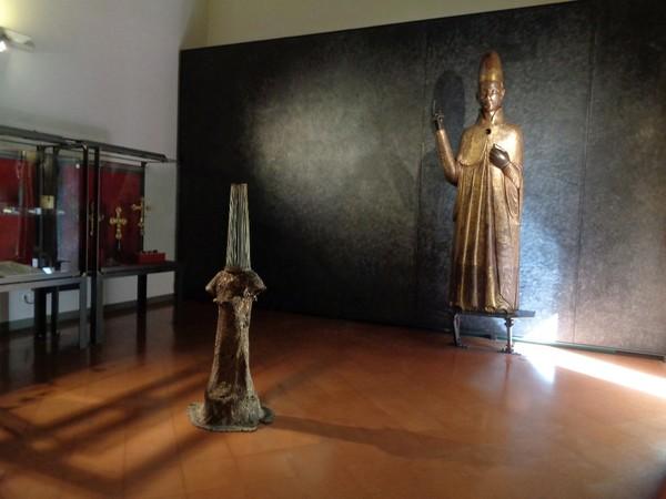 Piergiorgio Colombara, Exbronzo, 2007, bronzo e ottone, cm. 160 (h). Veduta di allestimento presso Museo Civico Medievale, Bologna I Ph. Franco Merlo