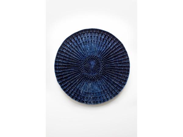 Levi Van Veluw, Circular Persuasion, 2020. Argilla polimerica, pigmento, struttura in metallo, 130x130 cm.