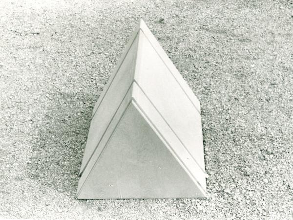 Ugo La Pietra, prototipo di un elemento del progetto Occultamento, 1972