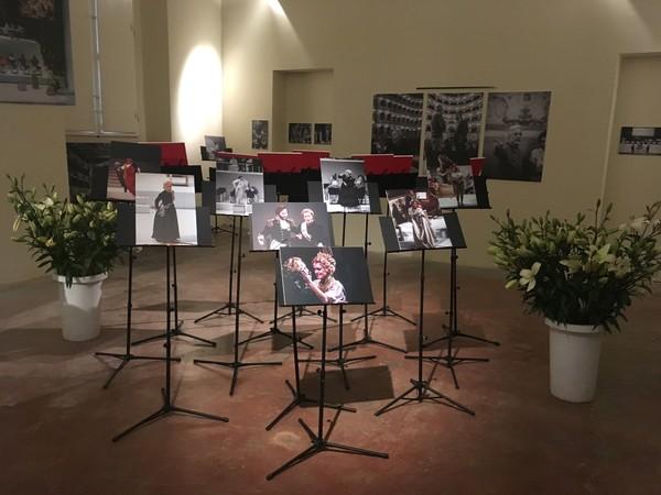 Il viaggio a Reims. Memorie di uno spettacolo. Veduta di allestimento della mostra presso il Museo internazionale e biblioteca della musica, Bologna, 2019