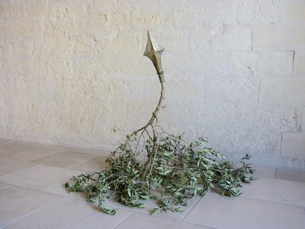 Luigi Massari, Time to prune I, scultura in ottone patinato montata su ramo d'ulivo, dimensioni variabili