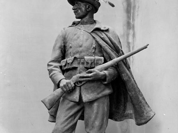 Modello dell'Alpino in gesso. Si noti la patinatura a bronzo del volto e la vera piuma del cappello
