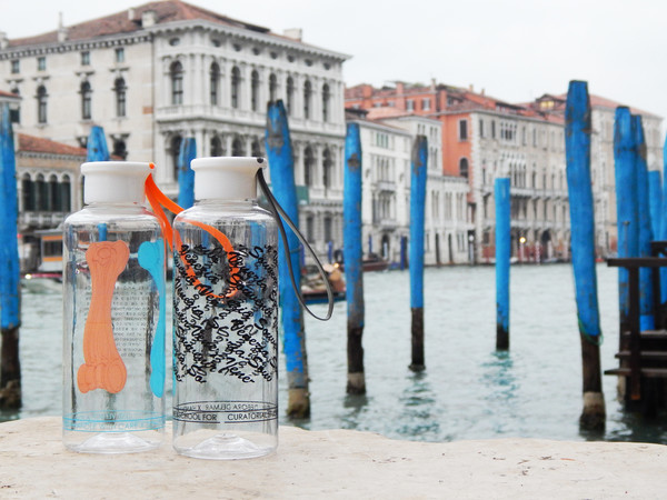 School for Curatorial Studies Venice, <em>Bottigliette riutilizzabilli d'artista</em>, Nella foto due <em>Bottigliette</em> firmate da Alvise Bittente (a sinistra) e Debora Delmar (a destra)<br />