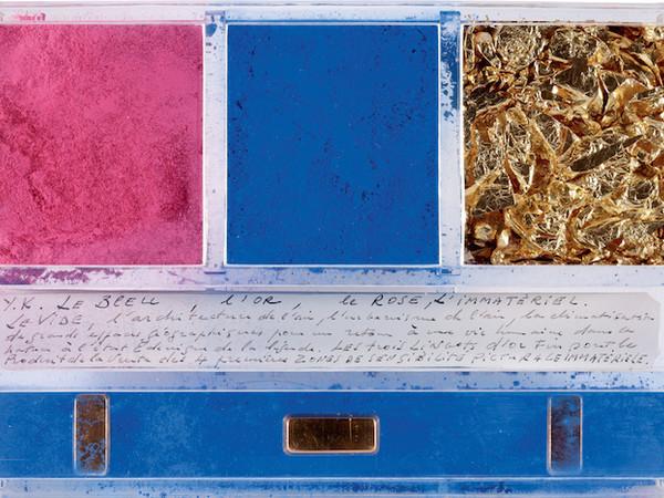 Yves Klein, ex voto dedicato a Santa Rita da Cascia, 1961. Pigmento foglie d'oro barre dorate e manoscritto in una scatola di plexiglas 14x21x32-cm.