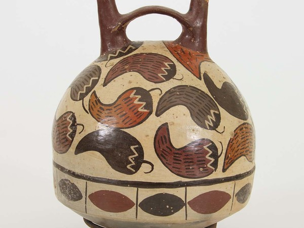 Bottiglia a due beccucci, Cultura Nasca, stile monumentale, fase 3, 100-700 d.C. Area: America Meridionale, Area Peruviana, Costa Meridionale. Terracotta