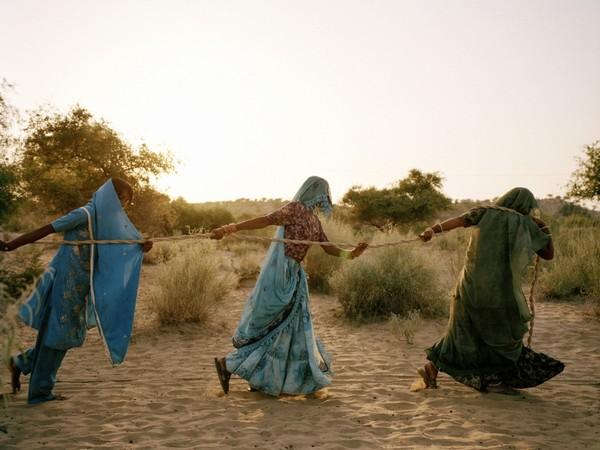 Mustafah Abdulaziz, Pulling of the well. Tharpakar, Pakistan, 2013
